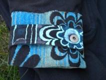 Vieux manteau usé réparé avec un bout de tissu d'ameublement + peinture pour tissu.