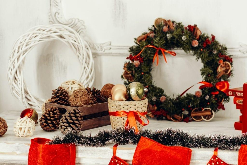 come decorare la casa per Natale con ghirlande e pigne