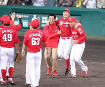 鈴木は両肩を支えられながらの参加となったが、終始笑顔を弾けさせた