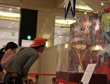 セ・リーグ優勝トロフィーと優勝ペナント、福屋(広島駅前店)で展示開始
