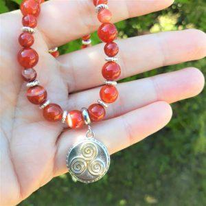 collier cornaline triskell courage confiance créativité protection celtique breton