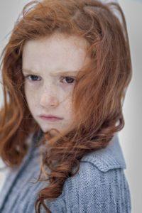 fille fillette triste peur doute stress