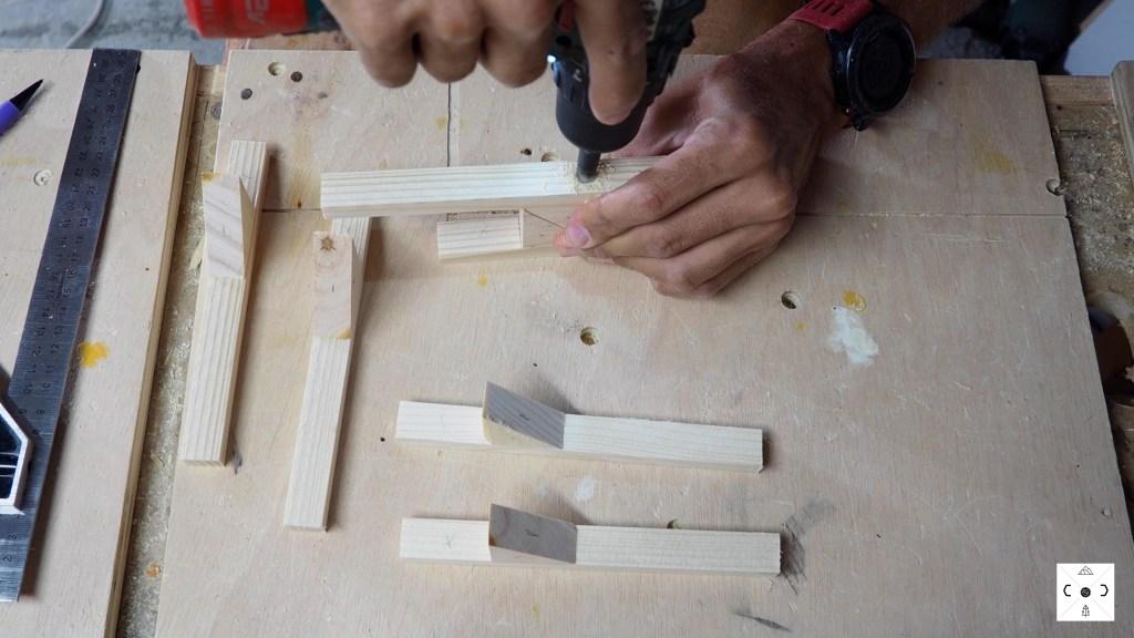 Uso de broca avellanadora para hacer el orificio antes de insertar el tornillo