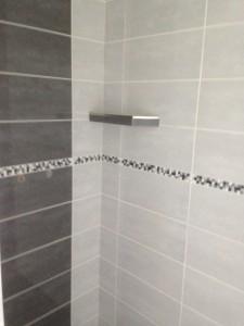 Pose de carrelage de douche par un artisan carreleur