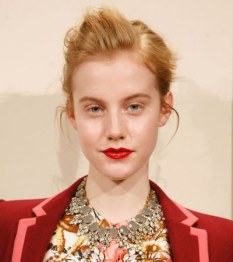 Lapiz labial rojo cardenal brillante por J. Crew en la New York Fashion Week