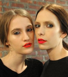 Lapiz labial neo rojo por Costello Tagliapietra en la New York Fashion Week
