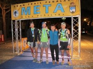 Gran trail peñalara 2013: Equipo piloto del 150k en meta con el director de carrera tras 31h de esfuerzo.