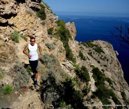Cecilio Pérez Agudo probando el material de Scott Running por las calas de Ibiza.