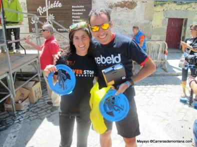 Pedro Bianco y Alicia Chaveli sonrientes con los trofeos recogidos.