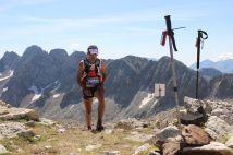 Gran Trail Aneto 2014 fotos un corredor supera el collado de la Plana