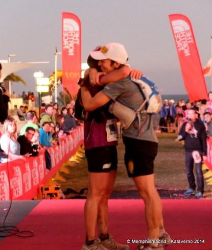 Nerea Martínez y Uxué Fraile se abrazan en meta Transgrancanaria 2014.