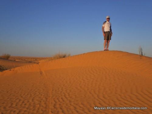 Raul entre las dunas del vivac del segundo día en pleno Sahara.