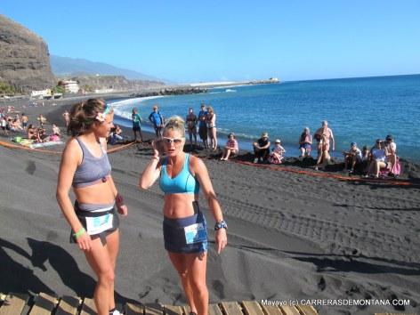 Kilometro Vertical Transvulcania: Emelie Forsberg y Anna Frost en playa Tazacorte.