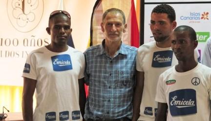 Marco Olmo junto al equipo de Cabo Verde.