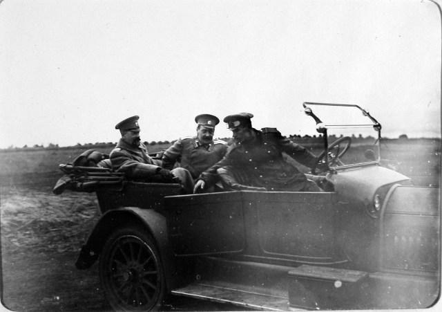1915. Великий князь Александр Михайлович (крайний слева) и сопровождающий его офицер в автомобиле во время приезда на аэродром.