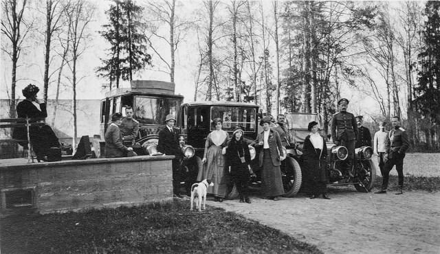 Великий князь Михаил Александрович и княгиня Брасова  в Гатчине. В центре Паккард.