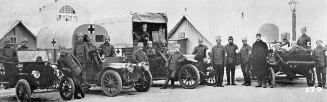 Автомобили Русского санитарного отряда (слева направо) — американский Ford T и французские Panhard-Levassor и Berliet.