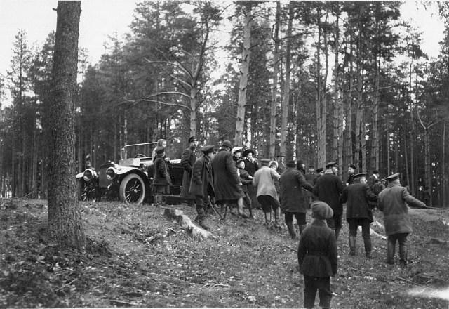 Л.Ф. Всеволожская у личного автомобиля наблюдает за рыбной ловлей сетями на Большом озере.