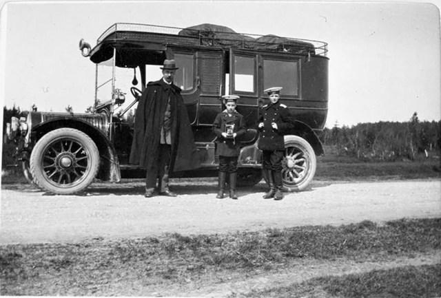 1913.. Автомобиль Delaunay-Belleville  Великого князя  .Александра Михайловича . В.Г.Ивз, Ростислав и Никина Александровичм. Гатчина.