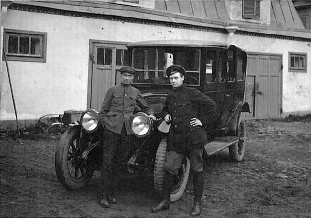 1918. Рагозин Михаил Дмитриевич у гаража в Царском Селе около автомобиля Паккард, реквизированного Реввоенсоветом.