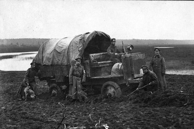 1916. Грузовой автомобиль Jeffery Quad , увязший в грязи по дороге от Люцина до Себежа. Витебская губерния.