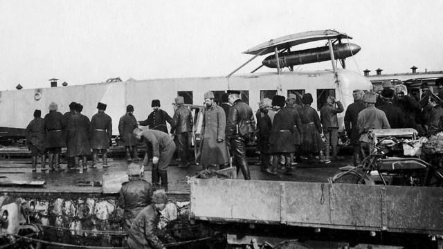 1915. Benz Gaggenau при погрузке фюзеляжа Ильи Муромца Эскадры Воздушных Кораблей на платформу