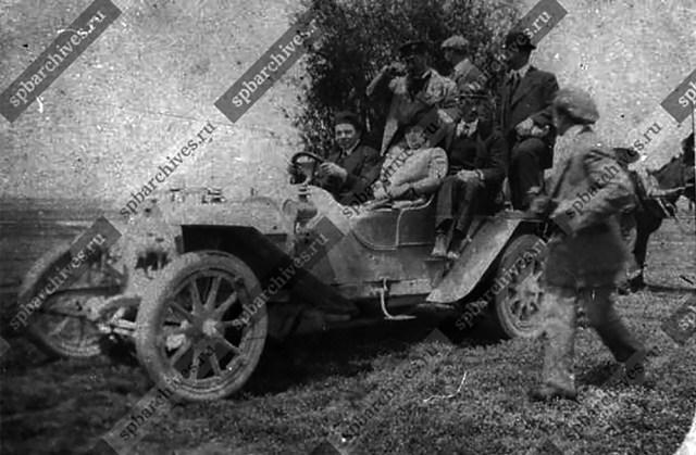 1910. Авиатор М.Н.Ефимов за рулем Даррака. Одесса.