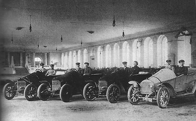 1910. Мерседесы участников автопробега на Императорский приз в Манеже. Москва .