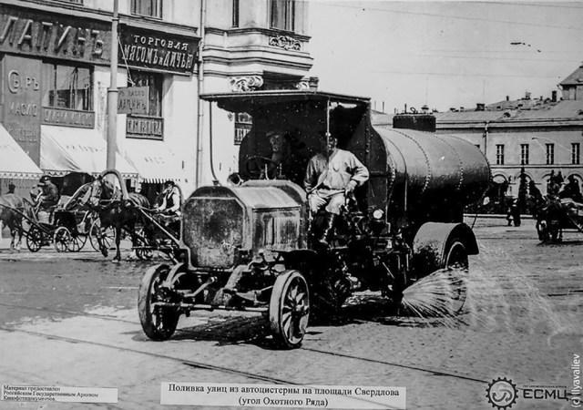 1913. Поливальная машина. Охотный ря.д Москва.