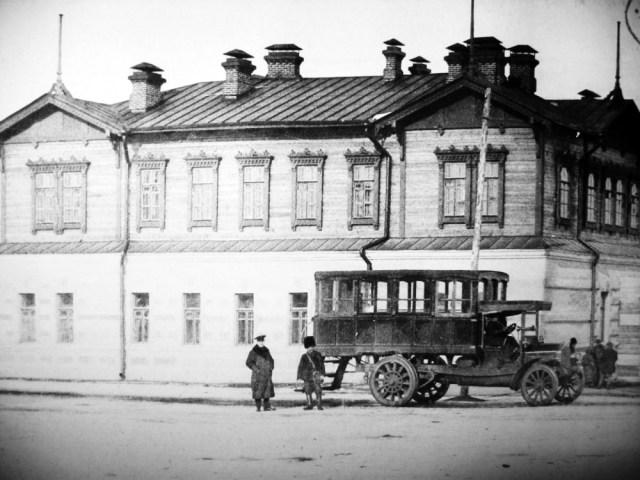 1913. SAG-Gaggenau BO10 у здания казначейства, Алексеевск, Амурская область.
