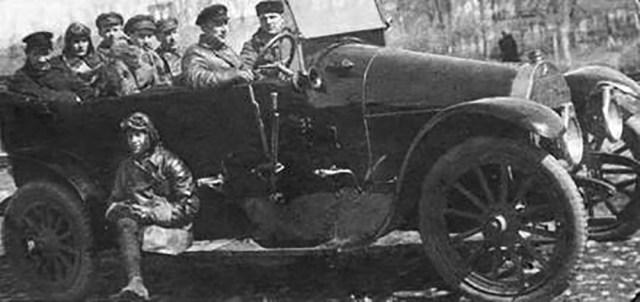 1921. Летчики и мотористы 1-й воздушной истребительной эскадрильи, Петроград.