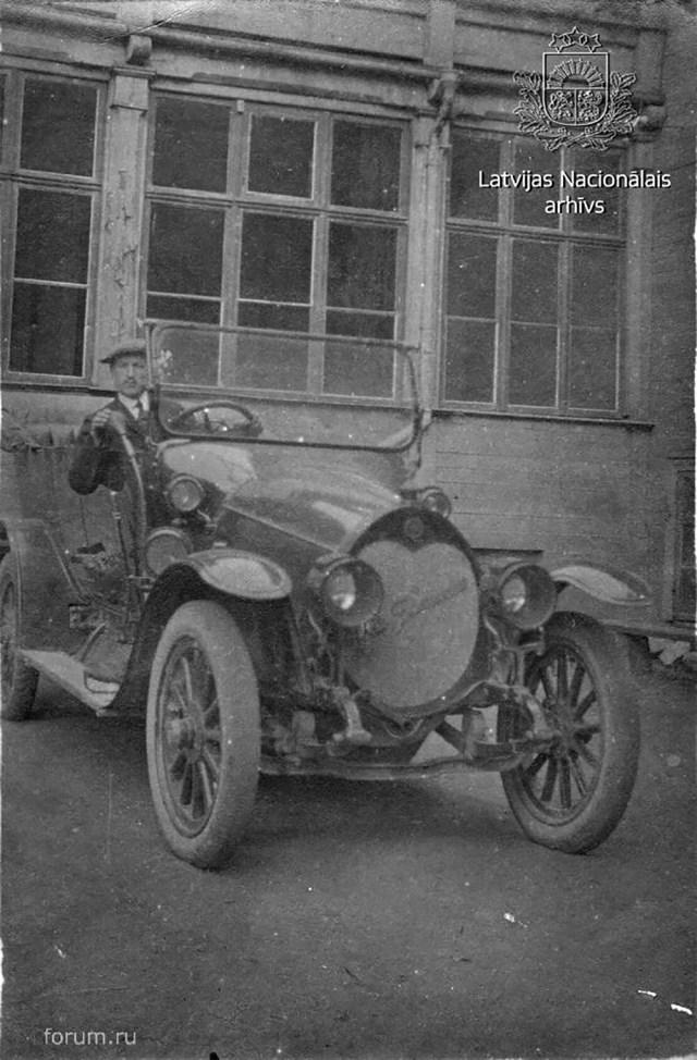 1915.  Руссо-Балт Е 15/35 XVII серии с кузовом торпедо.  Ещё один из немногих гражданских автомобилей этой марки.