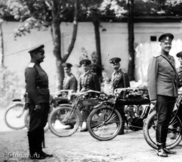 1916 Мотоцикл Harley-Davidson 10-E . В Царской Ставке в Могилеве. Команда мотоциклистов во главе с генерал-майором В.Н. Воейковым.