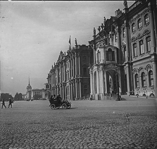 1906. Автомобиль Фрезе-ДеДион-Бутон около Зимнего дворца. Санкт-Петербург.