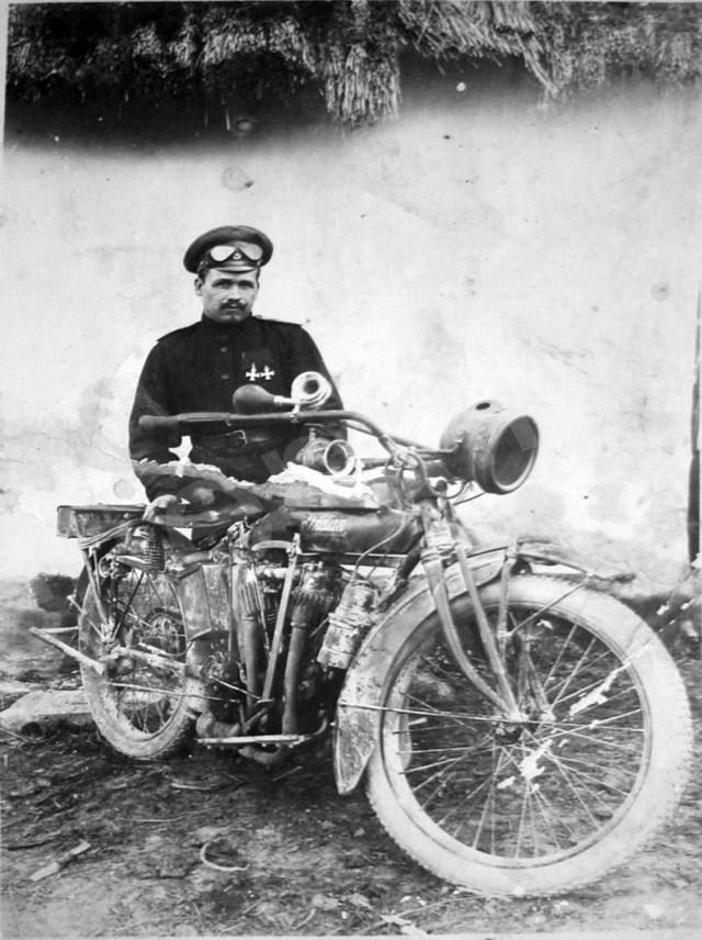 1914-1917. Мотоцикл Indian в Русской императорской армии. Мотоциклист -кавалер двух Георгиевских Крестов.