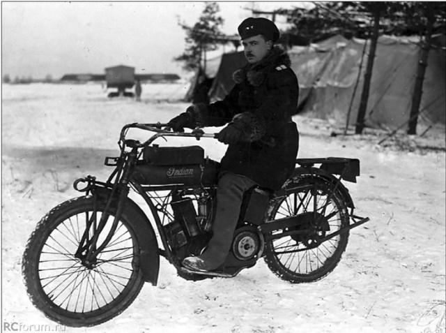 1916. Начальник 23-го корпусного авиаотряда поручик Калашников на мотоцикле Индиан.