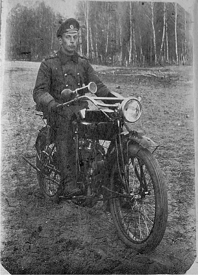 1917. Рядовой 43-й автомобильной роты на мотоцикле Indian Powerplus модели 1915 года.