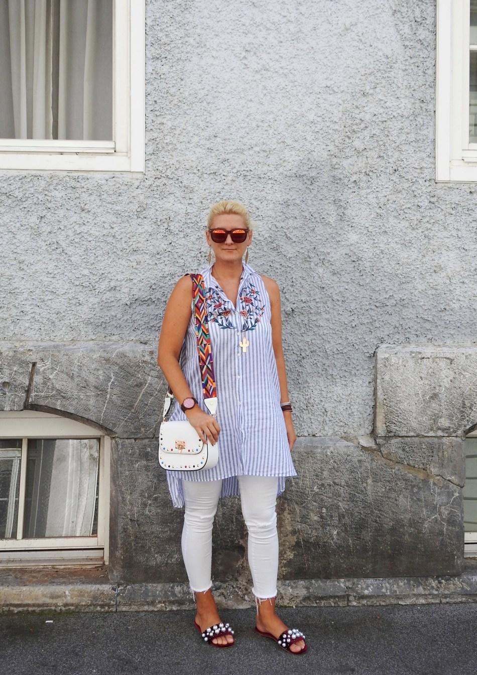 Vertical-Striped-Blouse-white-Pants-Miumiu-Sandals-Valentino-Rockstud-Bag-carrieslifestyle-Tamara-Prutsch