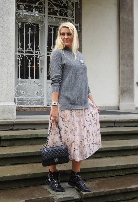 Floral-Print-Dress-Chanel-Bag-Studs-Studded-Boots-Jessica-Buurman-Grey-Sweater-FAll-Look-carrieslifestyle-Tamara-Prutsch
