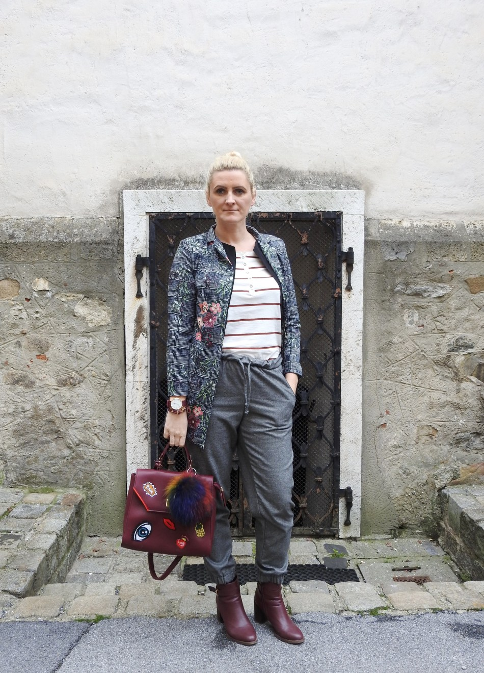 Grey-winered-boots-bag-patches-Blazer-Floralprint-striped-shirt-carrieslifestyle-Tamara-Prutsch