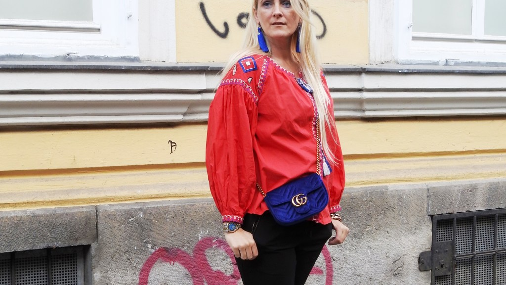 Etno-Blouse-Bluse-Folklose-Style-Gucci-Bag-Velvet-Blue-Black-Pants-Fashionsocks-Calzedonia-Slippers-carrieslifestyle-Tamara-Prutsch