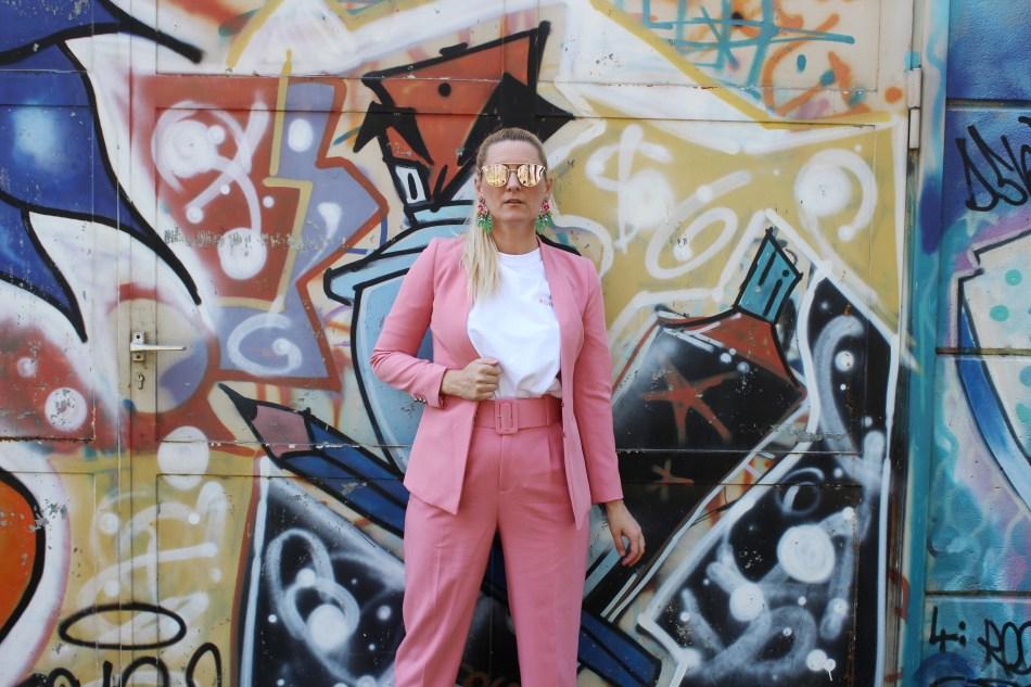 Pastellanzüge-Rosa-Pastellfarben-Anzüge-Trend-2018-Hosenanzüge-High-Heels-White-T-shirt-carrieslifestyle-Tamara-Prutsch