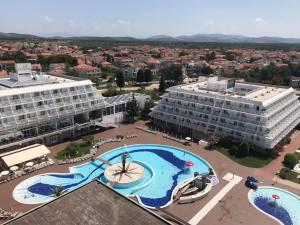 Olympia-Sky-Hotel-Vodice-Pool-Infinity-Pool-Reisebericht-Reiseblog-carrieslifestyle-Tamara-Prutsch