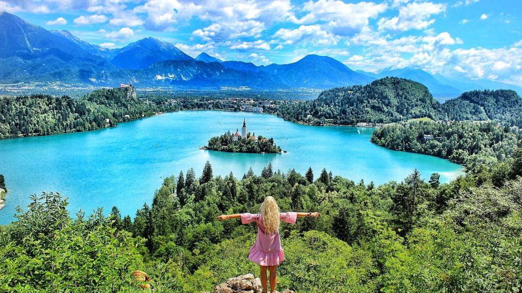 Lake-Bled-Slovenia-Ojstrica-Hill-View-Aussicht-Reisebericht-Reiseblog-carrieslifestyle-Tamara-Prutsch