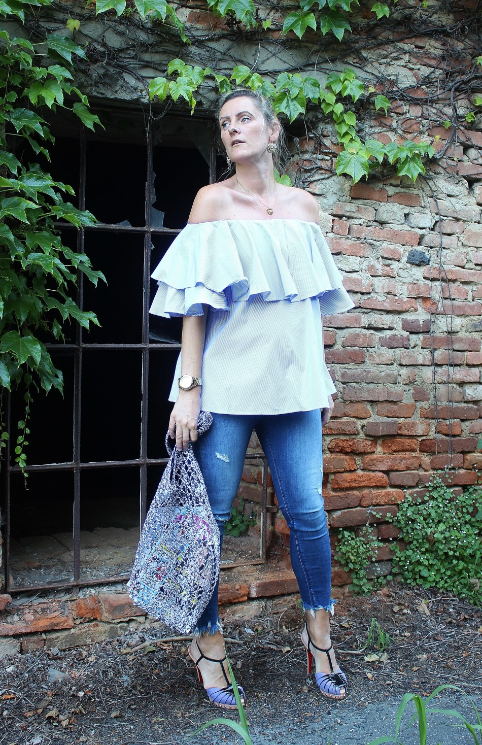 Trend-Netztasche-Denim-Volantblouse-Christian-Louboutin-Sandals-carrieslifestyle
