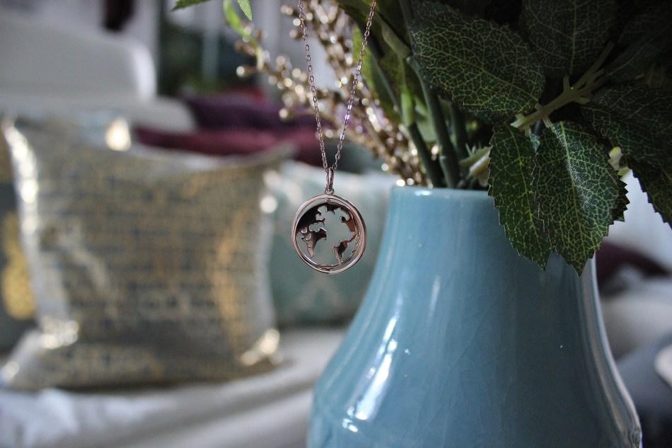 Worldmap-Necklace-Weltkarten-Kette-Rotierende-Chamoon-Jewelry-carrieslifestyle-tamara-prutsch