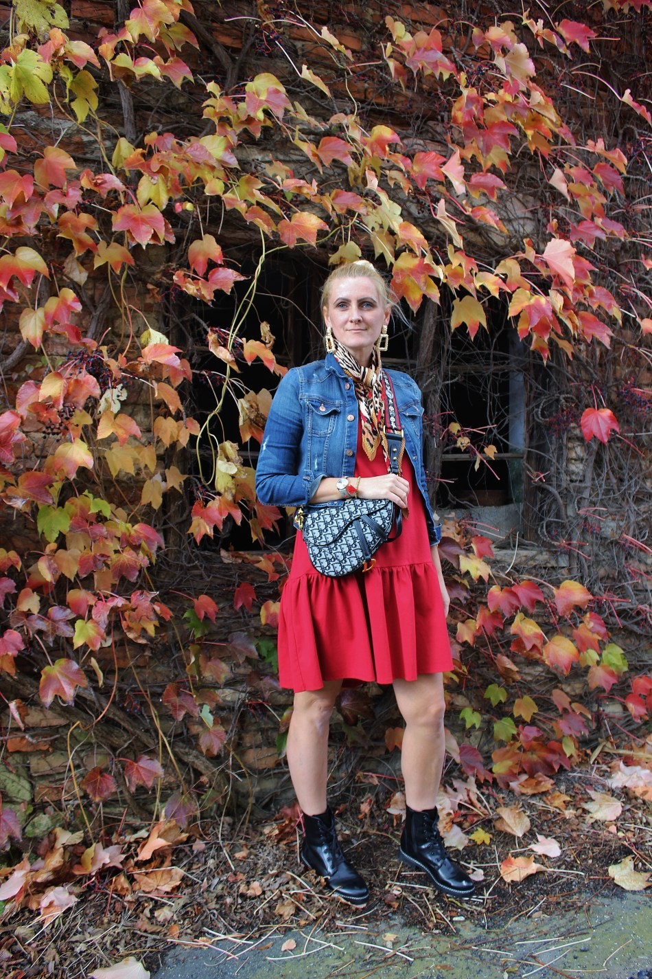 Fall-Autumn-Herbstlook-DrMartens-Boots-Deichmann-Dior-Saddlebag-Zara-Ohrringe-Zaradress-Redwine-Dress-streetstyle-Tamara-Prutsch-carrieslifestyle-Herbst