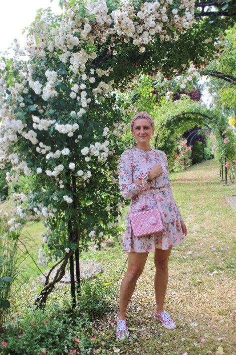 Blumenprint-Dress-Pink-Rosa-Floralprintdress-carrieslifestyle-Tamara-Prutsch-superga-Sneakers-Glitter