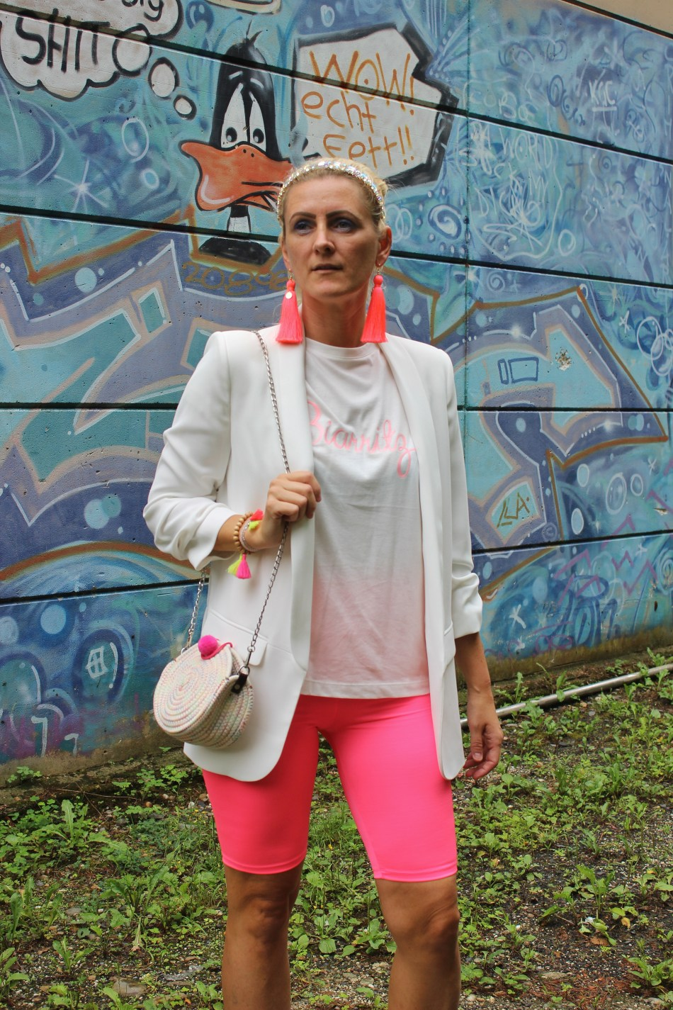 Neon-Radlerhose-Bikerpants-carrieslifestyle-Superga-Platforms-White-Blazer-Pompoms-carrieslifestyle-Tamara-Prutsch