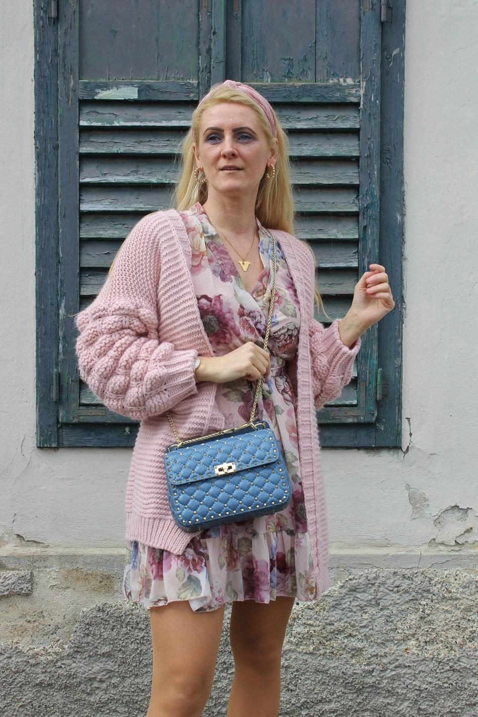 LucieandLeo-Dress-Blumenprint-Kleid-Frühlingslook-Cardigan-Rosa-Boots-Nakd-Fashion-carrieslifestyle-Tamara-Prutsch